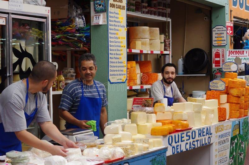 Vendedores del queso en mercado mexicano imagenes de archivo