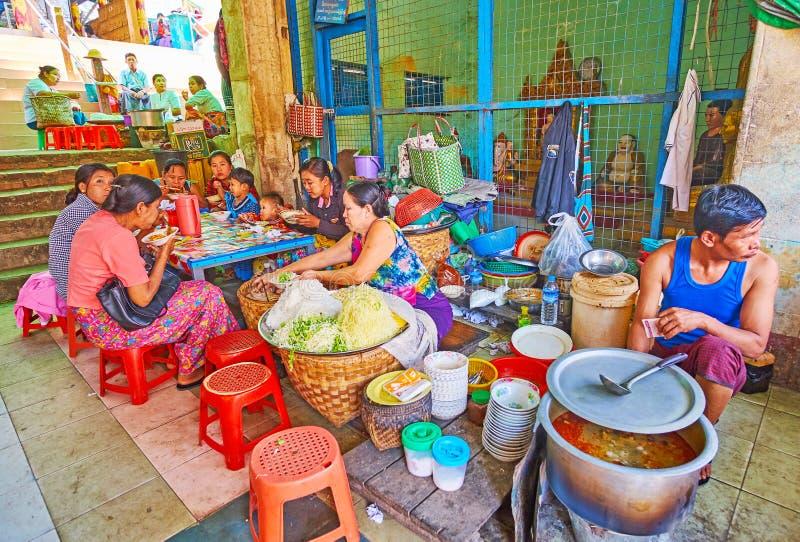 Vendedores do alimento no monastério de Popa Taung Kalat, Myanmar fotografia de stock royalty free