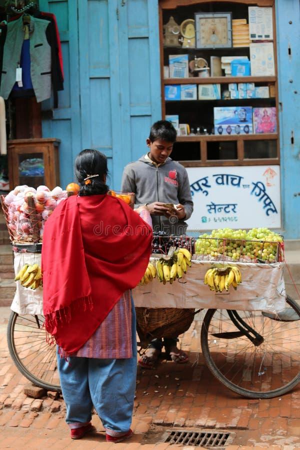 Vendedores do fruto da rua de Nepal Kathmandu fotografia de stock