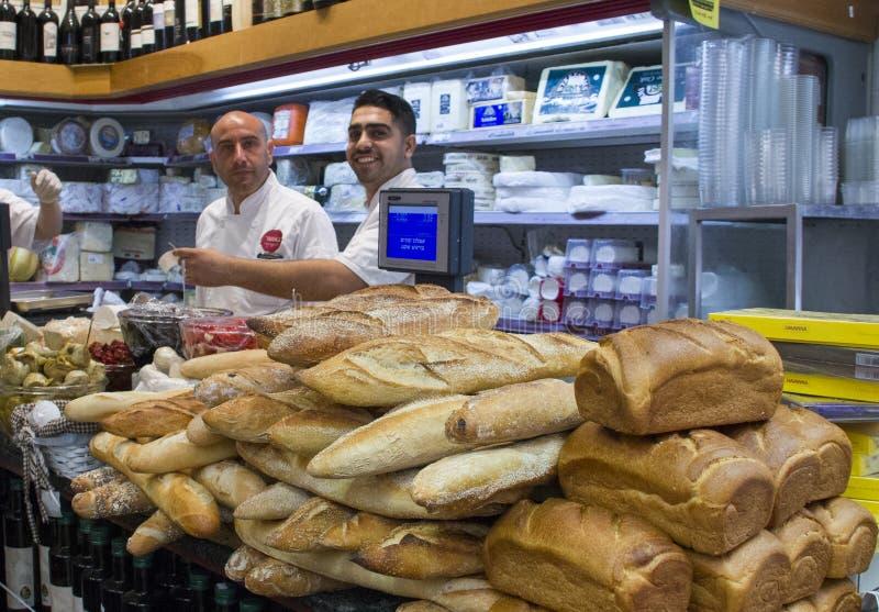 Vendedores e clientes não identificados no mantimento no Jerusalém miliampère imagem de stock royalty free