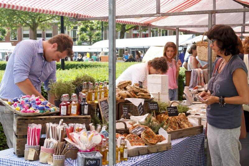 Vendedores e clientes no mercado da cisne em Dordrecht fotografia de stock