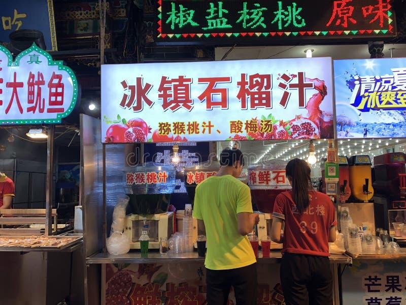 Vendedores helados del jugo de la granada en mercados de la noche en Lintong, China fotos de archivo