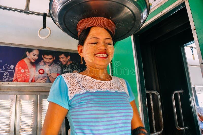 Vendedores que montan el tren del círculo en Rangún fotos de archivo