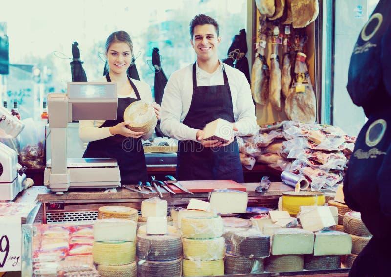 Vendedores que ofrecen el queso imágenes de archivo libres de regalías