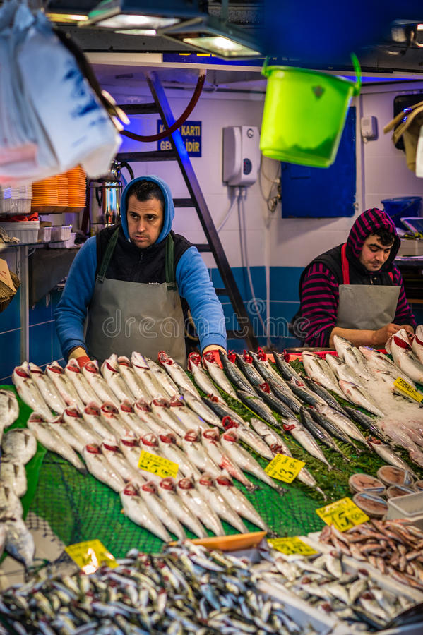 Vendedores turcos dos peixes em Kadikoy, Istambul foto de stock