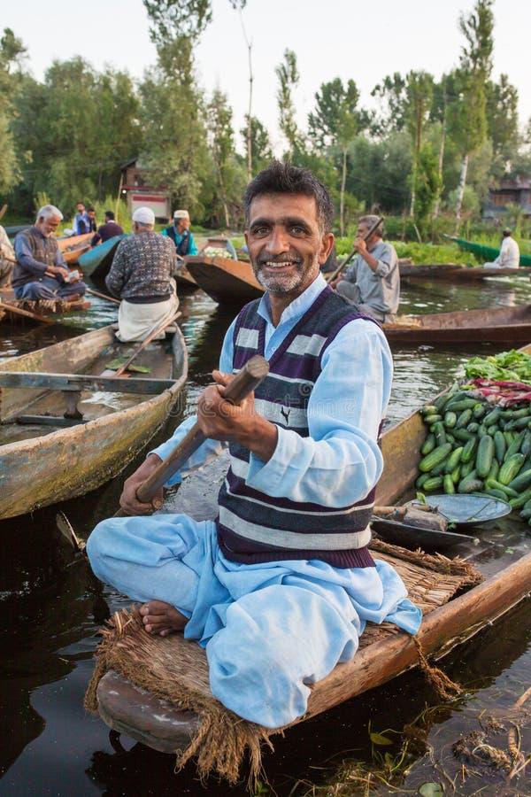 Vendedores vegetais não identificados que tomam seu produto ao mercado de flutuação cedo na manhã em Dal Lake em Srinagar fotografia de stock