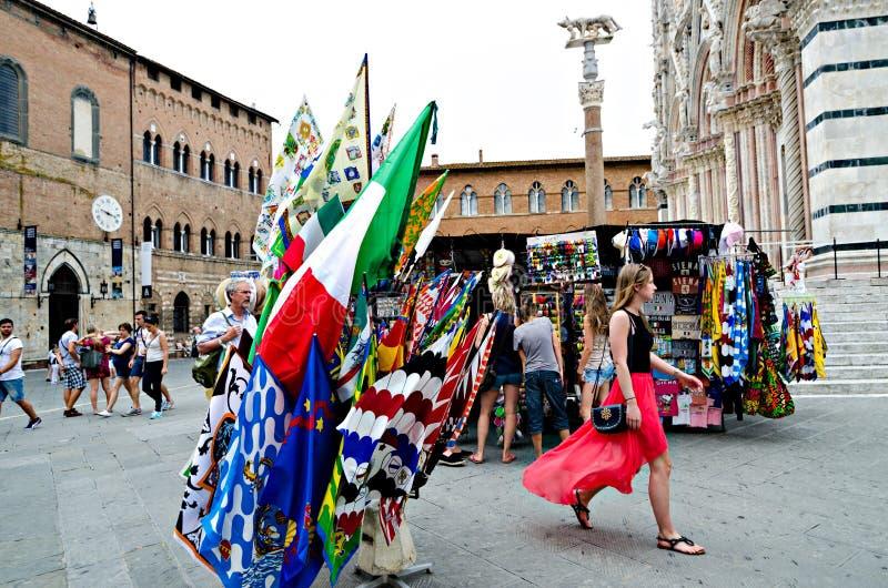 Vendendo bandeiras ao Palio de Siena fotos de stock