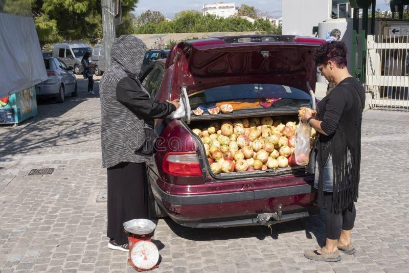 Vendendo do tronco de seu carro na feira semanal e de feira em Atenas, Grécia fotografia de stock royalty free