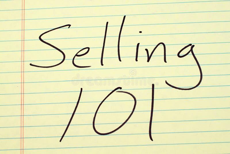 Vendendo 101 em uma almofada legal amarela foto de stock royalty free