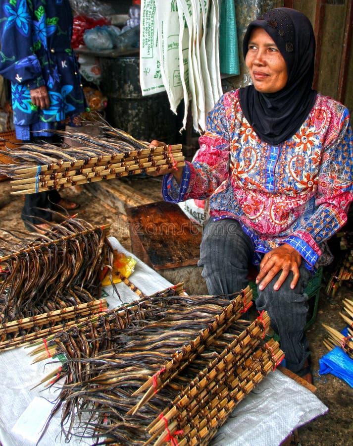 Vendendo enguias em Padang, Indonésia fotografia de stock royalty free