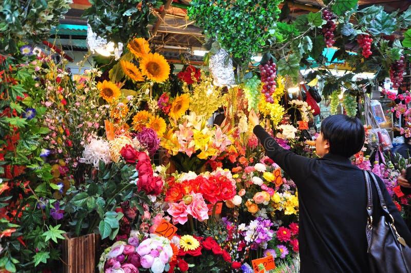 Vendendo flores durante o ano novo lunar chinês fotografia de stock royalty free
