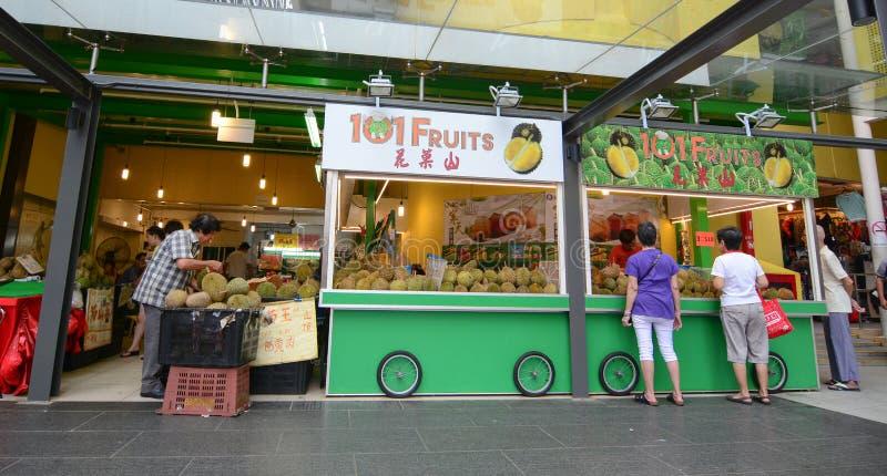 Vendendo frutos frescos em uma tenda imagem de stock