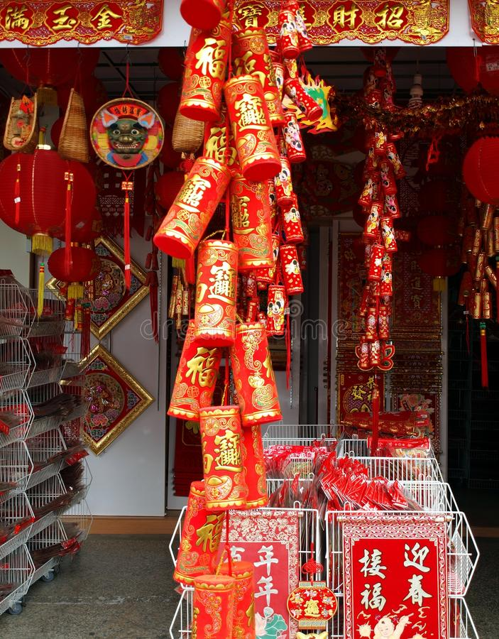 Vendendo le decorazioni per l'nuovo anno cinese immagini stock