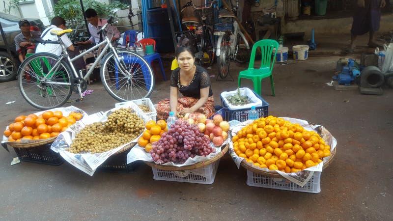 Vendendo o produto nas ruas de Myanmar fotos de stock royalty free