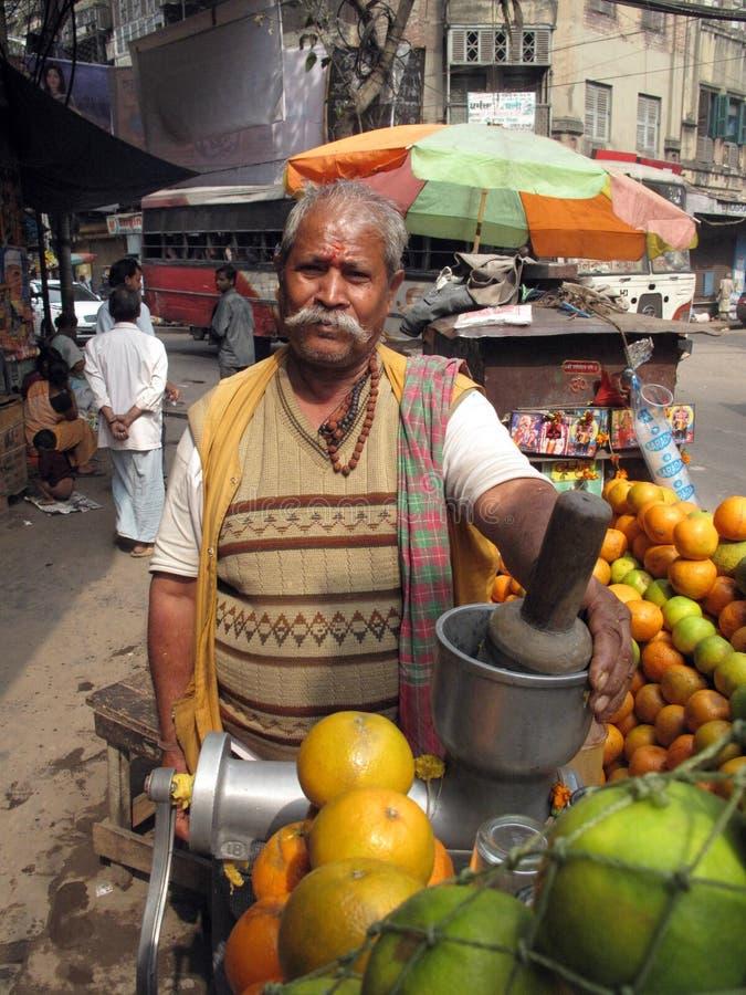 Vendendo o suco de fruta no stree fotografia de stock royalty free