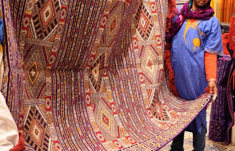 Vendendo os tapetes marroquinos coloridos feitos a m?o tradicionais bonitos imagens de stock