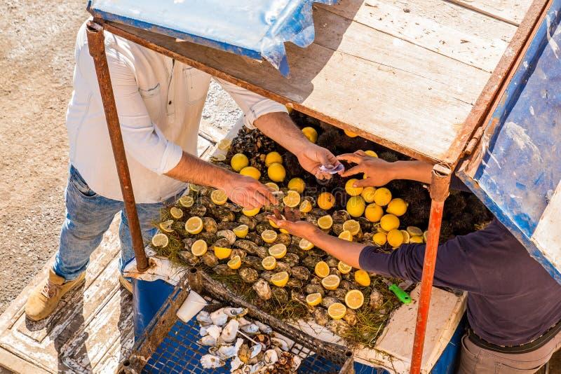 Vendendo ostras frescas com limão em um mercado de rua fotos de stock