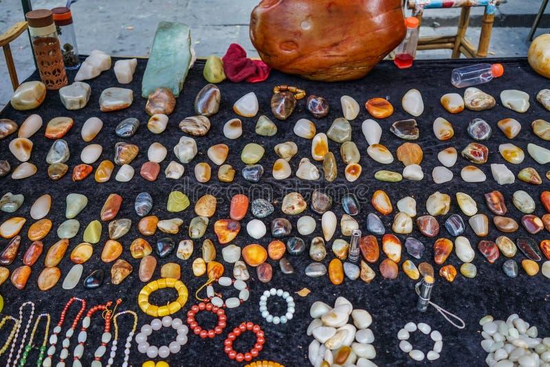 Vendendo pedras preciosas no mercado de rua foto de stock
