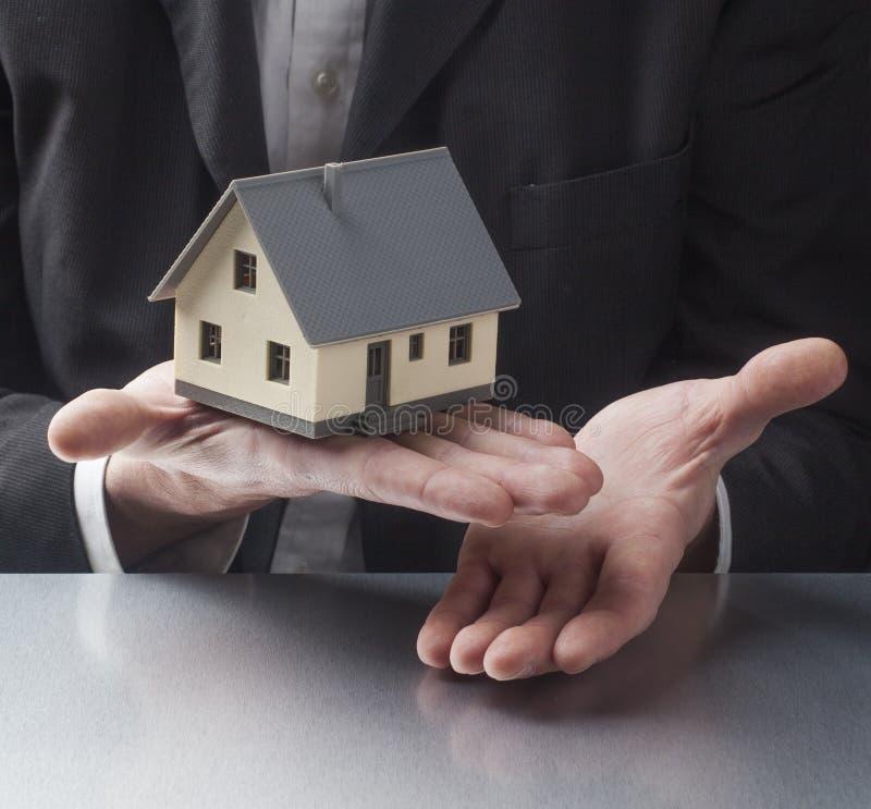 Vendendo sua casa pela rede profissional imagem de stock royalty free