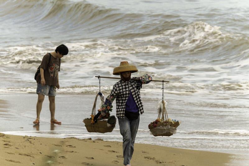 Vendendo sulla spiaggia Cina che anche la donna di Sanya fotografie stock libere da diritti