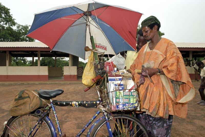 Vender e mercadoria da rua na bicicleta fotografia de stock