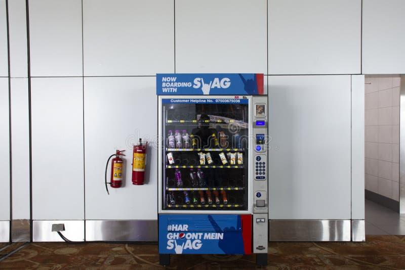 Vender la máquina automática para el agua y el refresco de la compra de la gente en Indira Gandhi International Airport en Nueva  fotos de archivo libres de regalías