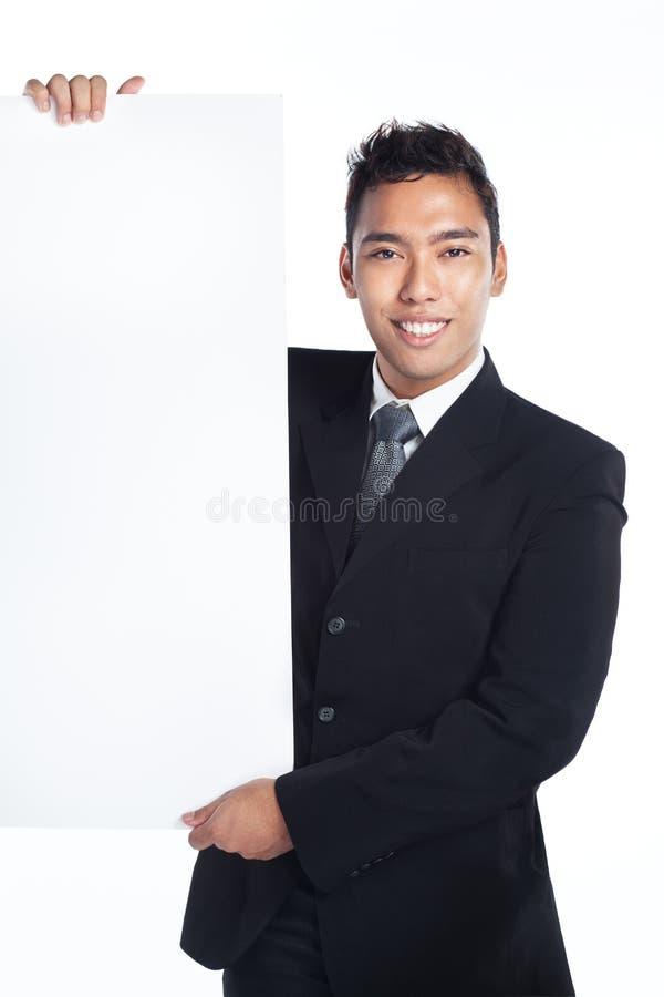 Vendeur beau, homme d'affaires avec la plaquette blanc image stock