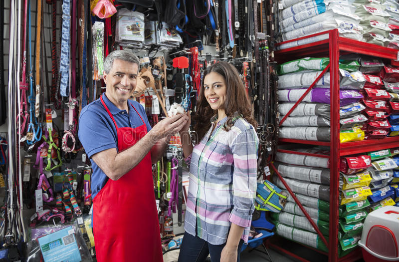 Vendeur And Beautiful Customer tenant le cobaye images libres de droits