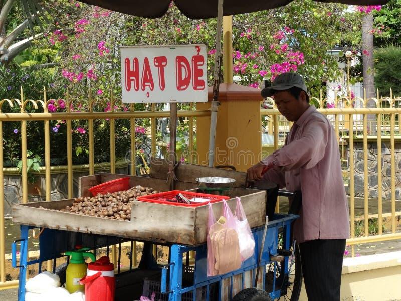 Vendeur cuit au four de châtaigne sur la rue de Hanoï image stock