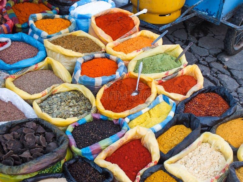 Vendeur d'épice dans un Mercado dans Otavalo, Equateur, Amérique du Sud photographie stock libre de droits