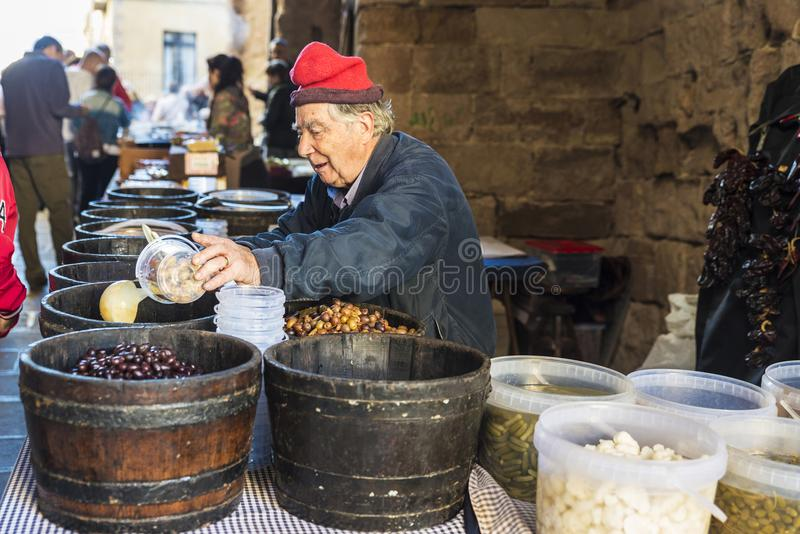 Vendeur d'olives sur un marché aux puces de Cardona en Catalogne, Espagne image libre de droits