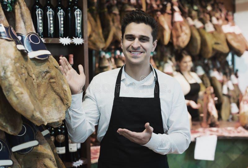 Vendeur dans la section d'épicerie fine photo libre de droits