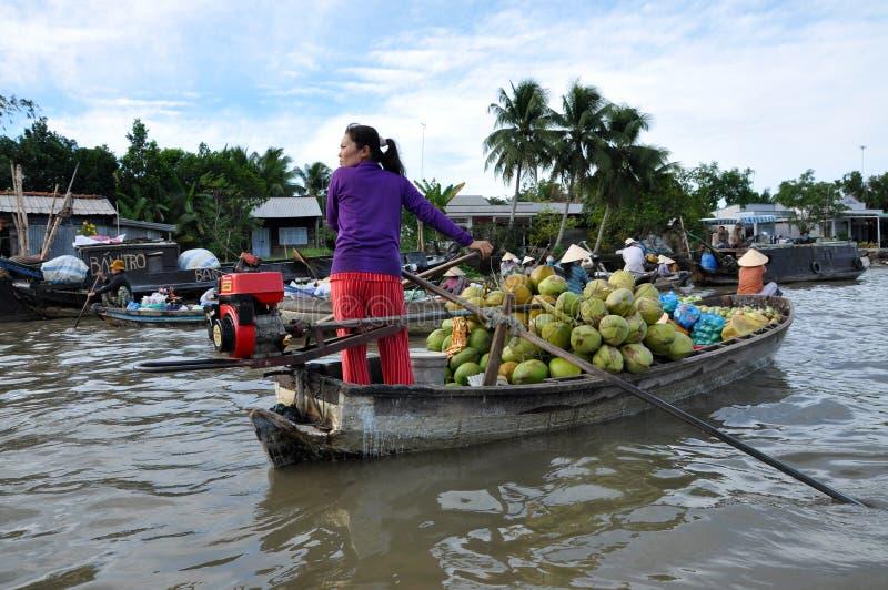 Vendeur de bateau au marché de flottement du Mékong image libre de droits