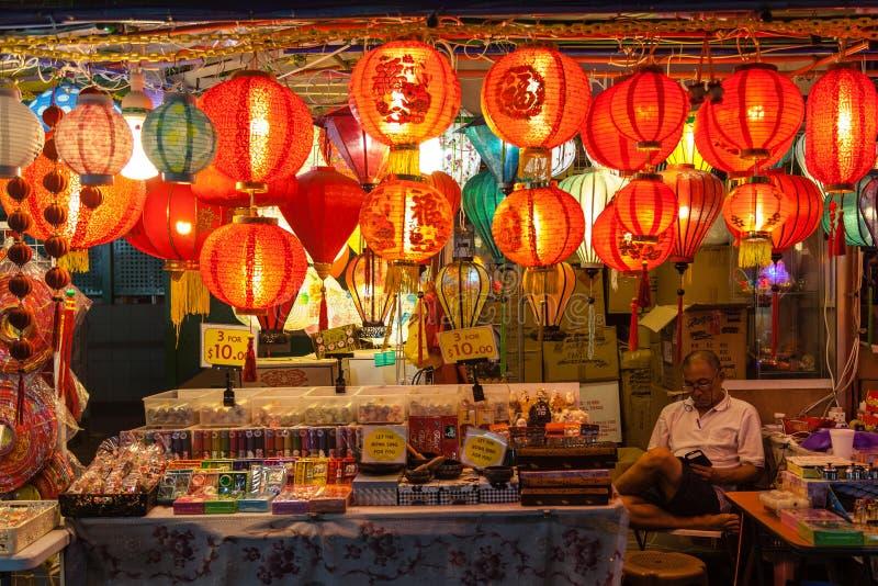 Vendeur de Chinatown vendant des lanternes et des souvenirs image stock