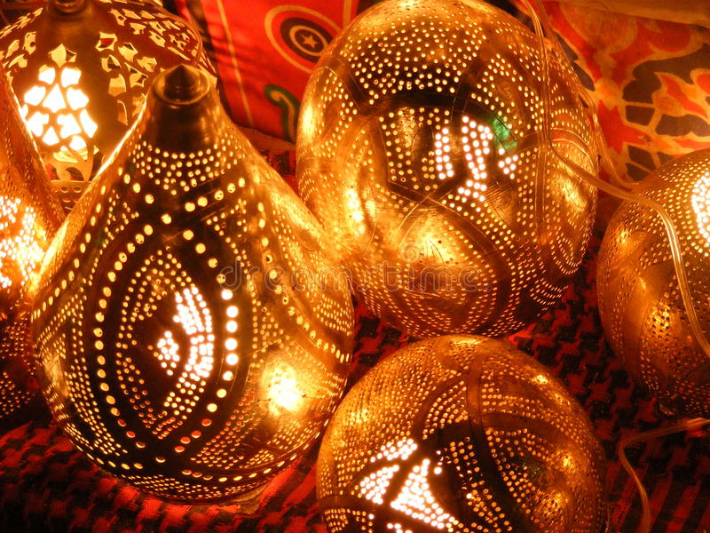 vendeur de femme vendant les lampes de cuivre sur le marché de souq de khalili d'EL de khan de l'Egypte le Caire photo stock