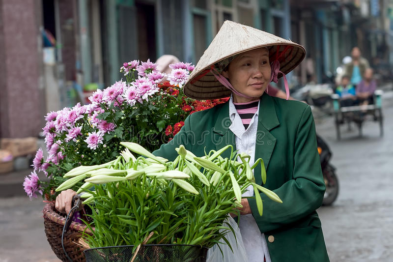 Vendeur de fleur non identifié au petit marché de fleur photo libre de droits