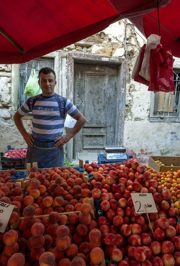 Vendeur de fruit près de Yesil Camii, Brousse, Turquie images stock