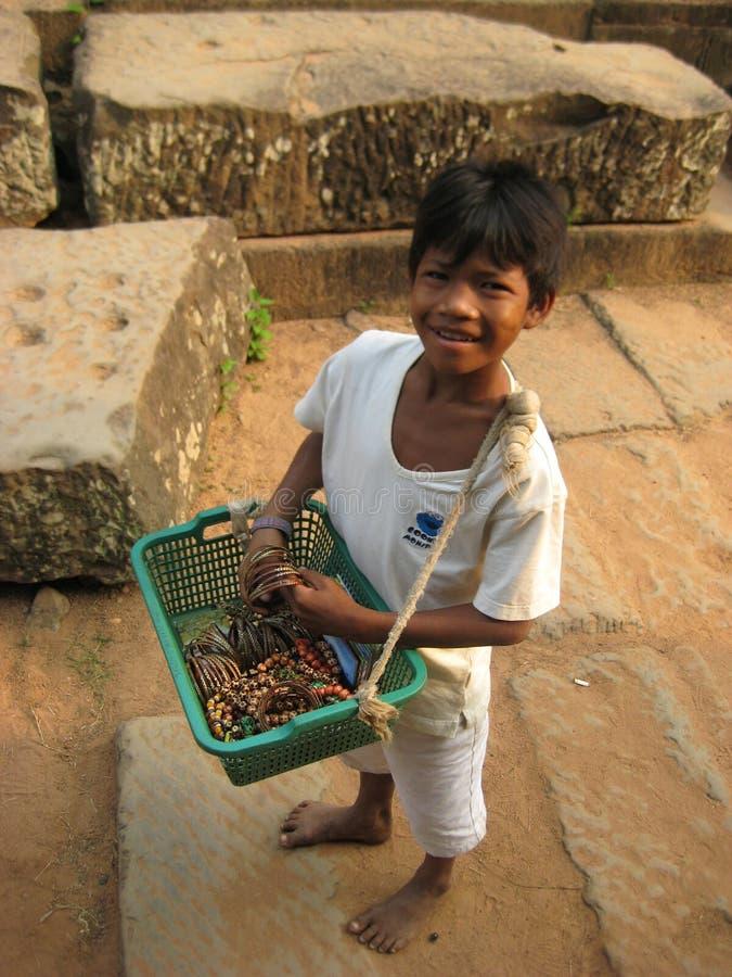 Vendeur de garçon des souvenirs avec le Cambodge Angorvat image stock