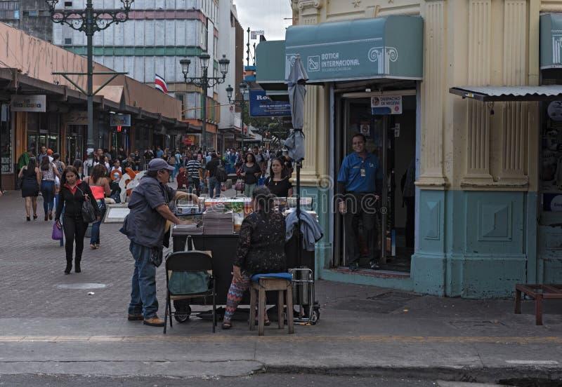 Vendeur de journal dans San Jose du centre, Costa Rica images stock