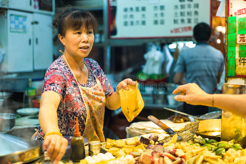 Vendeur de nourriture de rue dans Tsim Tsa Tsui, Hong Kong images stock