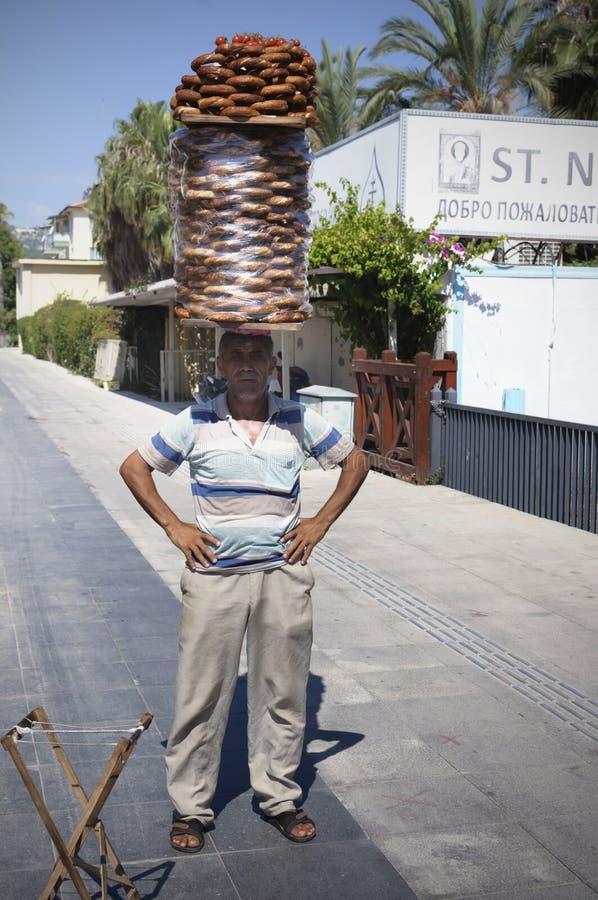 Vendeur des bagels turcs avec un panier sur sa tête, Demre, Turquie image stock