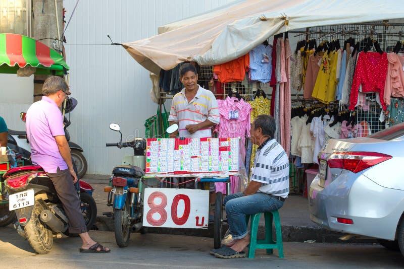 Vendeur des billets de loterie sur le marché en plein air image libre de droits