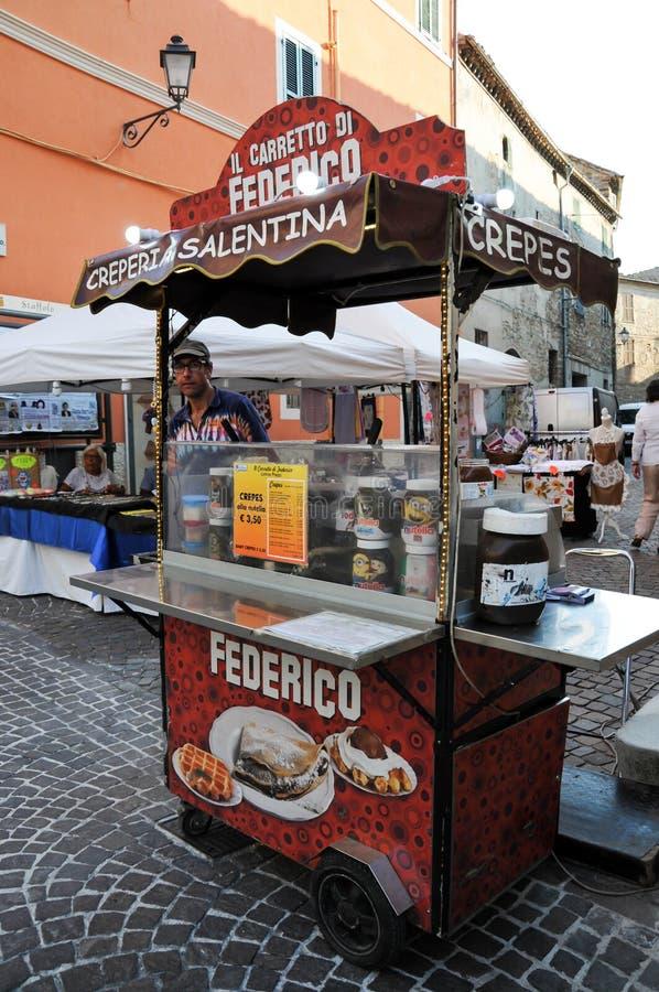 Vendeur des bonbons à crêpe dans le village de Staffolo en Italie photos libres de droits