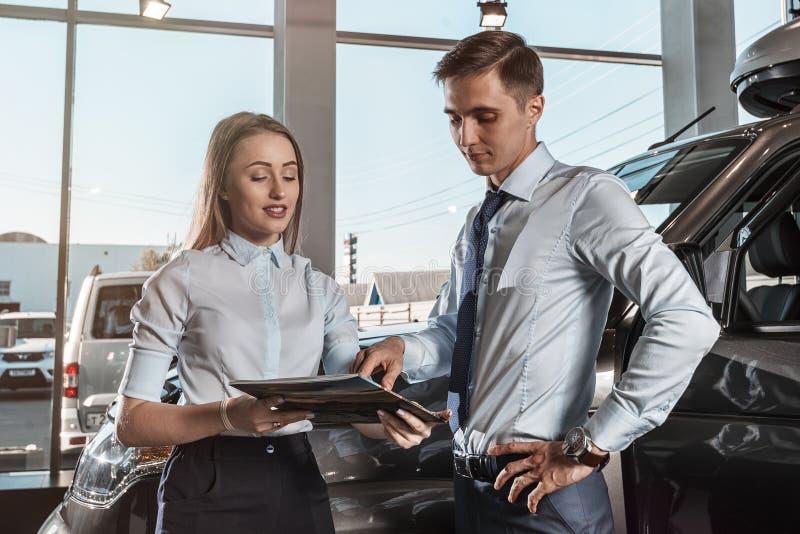 Vendeur des voitures image stock
