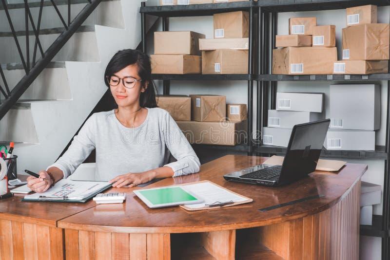 Vendeur en ligne de boutique travaillant à la maison le bureau photographie stock libre de droits
