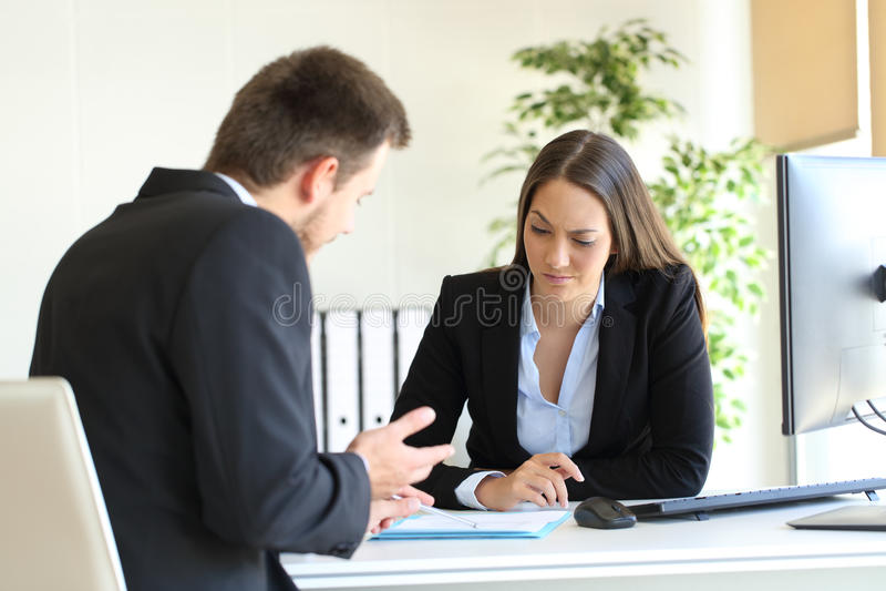 Vendeur essayant de convaincre à un client douteux photographie stock