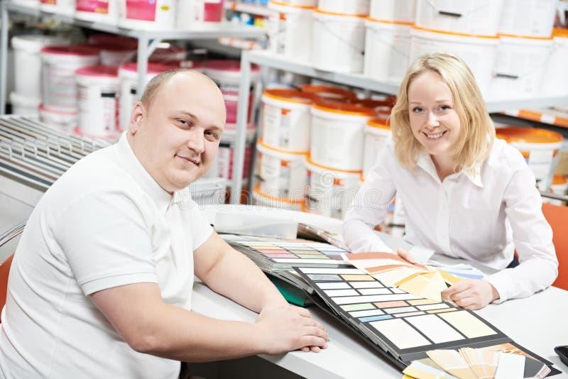 Vendeur et acheteur choisissant la couleur de peinture photo libre de droits