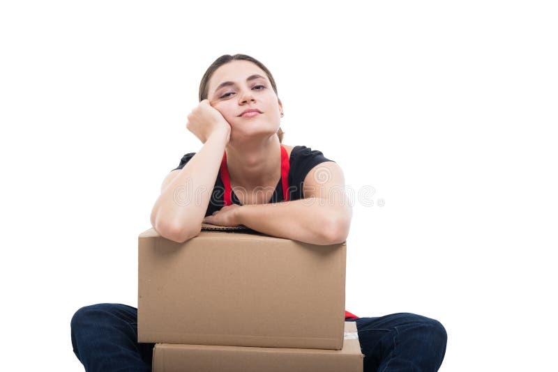 Vendeur féminin décontracté se tenant sur des boîtes en carton images libres de droits