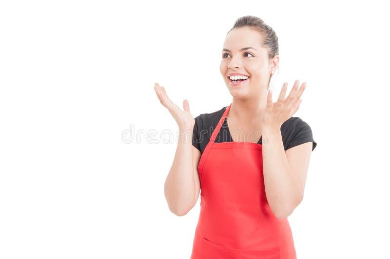 Vendeur féminin enthousiaste sur le marché semblant heureux images stock