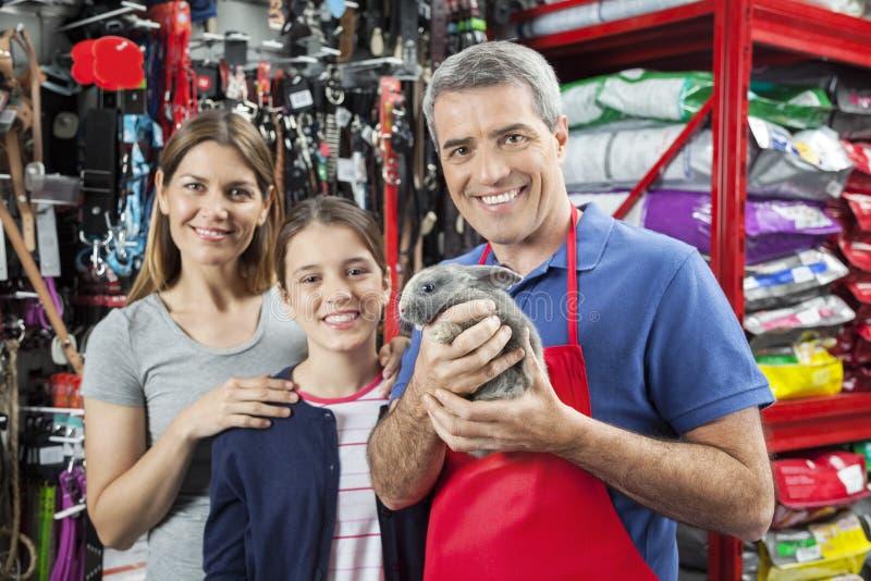 Vendeur heureux Holding Rabbit While se tenant avec la famille image libre de droits